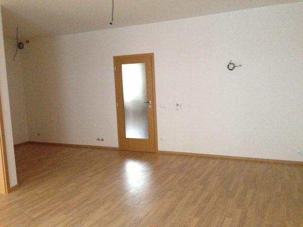 náhled Laminátová podlaha 30 m2 + odřezky (10-15 m2) + lišty 40 m